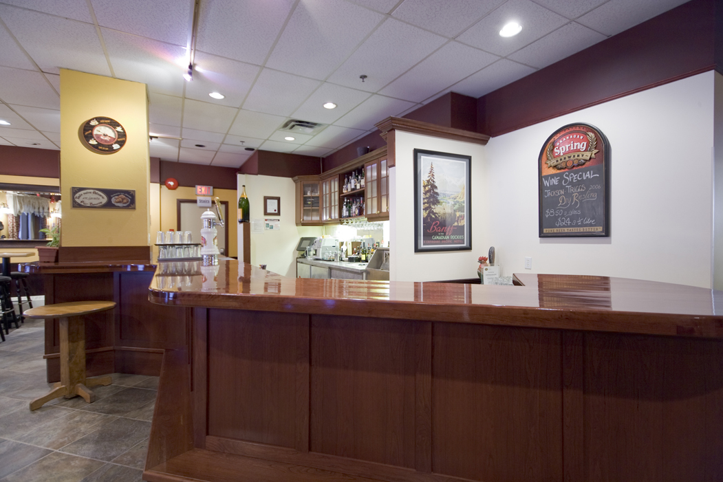 Dining sun peaks lodge for Dining room bar
